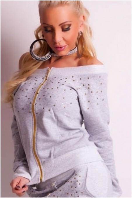 Pilkas džemperis atvirais pečiais