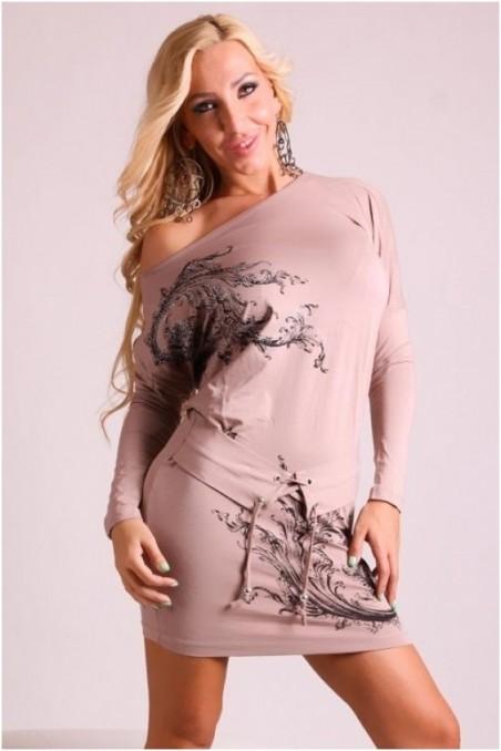 Kakavos spalvos suknelė su raštais