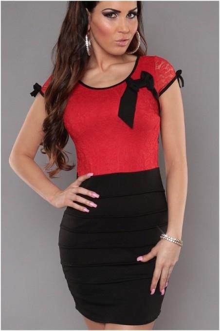 Juoda suknelė su raudonu gipiūru
