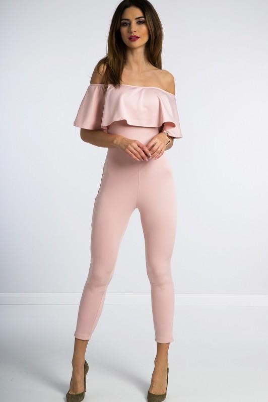 Šviesiai rožinis kombinezonas atvirais pečiais