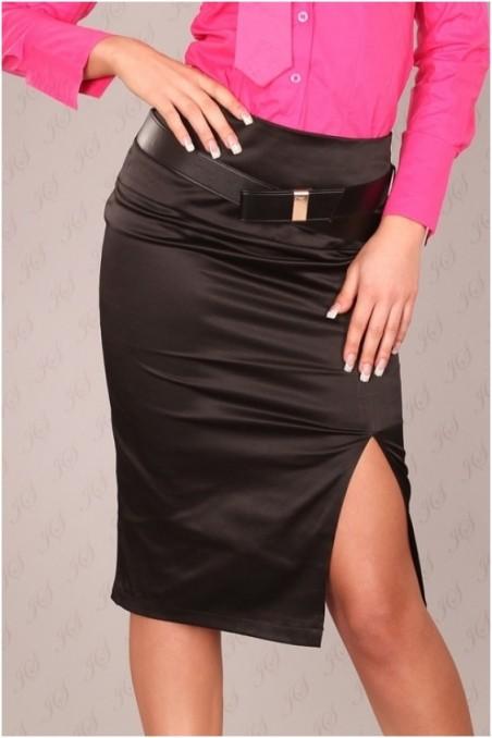 Juodas sijonas su skeltuku šone