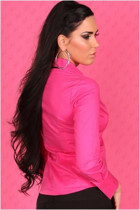 Rožiniai marškinėliai su juodu kaklaraiščiu