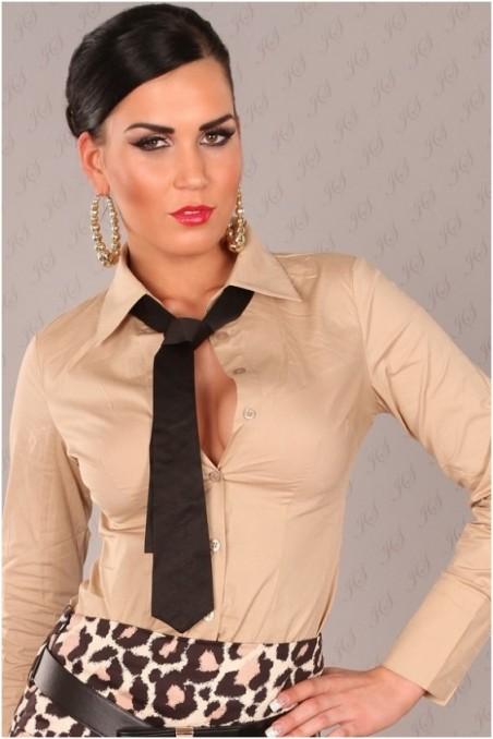 Kakavos spalvos marškinukai su juodu kaklaraiščiu