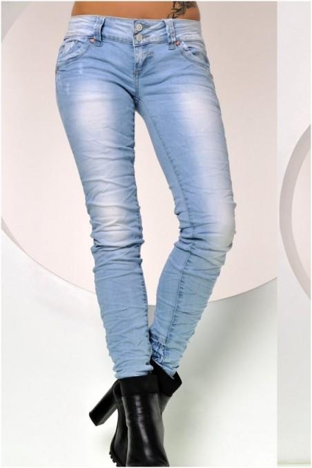Šviesūs džinsai su paraukimais apačioje
